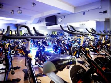 La plantilla del Oviedo Baloncesto se entrena con las bicicletas estáticas del Quo Fitness